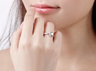 女孩右手中指戴戒指什么意思